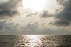 在海的日出美丽的天空的 免版税库存照片