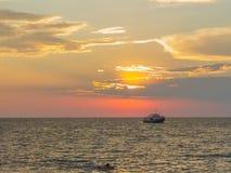 在海的日落。 库存图片
