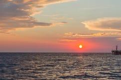 在海的日落。 免版税库存图片