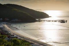 在海的日落反射沿海岸线 免版税库存图片