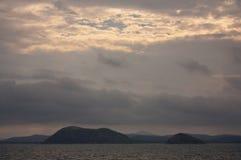 在海的日落在Yeppoon附近的罗斯格海湾小游艇船坞的在南回归线地区在昆士兰中部,澳大利亚 免版税库存图片
