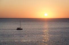 在海的日落有风船的 免版税库存图片