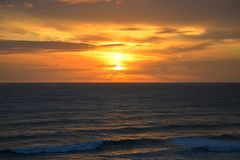 在海的日落由十二位传道者 库存图片