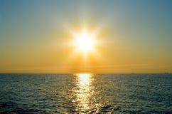 在海的明亮的太阳在日落前 免版税图库摄影