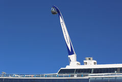 在海的最新的皇家加勒比游轮Quantum的NorthStar观测塔靠了码头在海角自由巡航口岸 库存照片