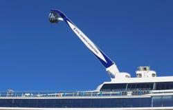 在海的最新的皇家加勒比游轮Quantum的NorthStar观测塔靠了码头在海角自由巡航口岸 图库摄影