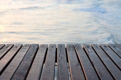 在海的木码头 库存照片