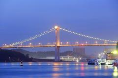 在海的桥梁在晚上在厦门 免版税库存图片