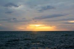 在海的橙色阳光 免版税库存图片