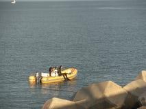 在海的橡胶充气救生艇 库存照片