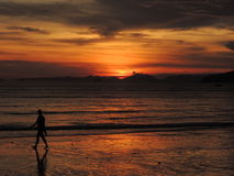 在海的正面日落在泰国, Ao Nang海滩,甲米府 库存图片