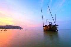 在海的残破的船有日落天空的 免版税库存图片