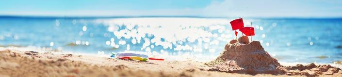 在海的沙堡夏令时 免版税库存照片