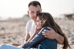在海的沙滩的美好的年轻夫妇 图库摄影