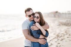在海的沙滩的美好的年轻夫妇 库存图片