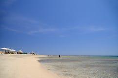 在海的沙漠海滩 免版税库存图片