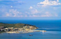 在海的沿海城市,游艇俱乐部 免版税图库摄影