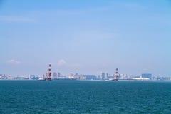 在海的沿海城市 免版税库存照片