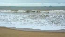 在海的波浪在芽庄市,越南 免版税库存照片