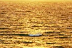 在海的波浪日落的 图库摄影