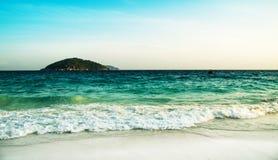 在海的波浪明亮的颜色的 免版税库存图片