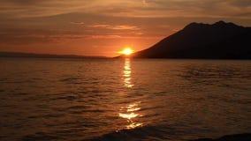 在海的浪漫和惊人的日落 去下来在天际的太阳 美丽在海运日落 克罗地亚海岸和亚得里亚s 股票视频