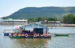 在海的浮动房子在Phu Quoc,越南 免版税库存图片