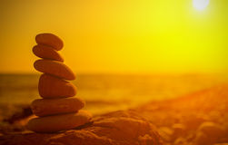 在海的海岸的岩石日落的 免版税图库摄影