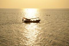 在海的渔夫小船 免版税库存图片