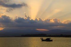在海的渔夫船 库存照片