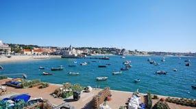 在海的渔船在沿海村庄卡斯卡伊斯,葡萄牙 免版税图库摄影