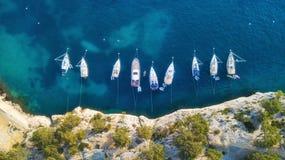 在海的游艇在法国 豪华浮动小船鸟瞰图在透明绿松石水的晴天 免版税库存照片
