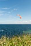 在海的滑翔伞 免版税库存图片