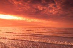 在海的灼烧的天空 免版税库存照片