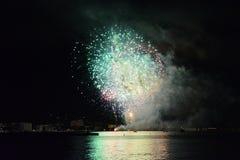 在海的烟花 免版税库存照片
