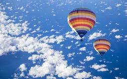 在海的热空气气球有云彩的 图库摄影