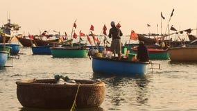在海的特写镜头圆的越南渔船浮游物 股票视频