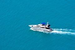 在海的现代小船 免版税库存图片