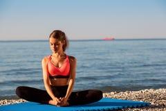 在海的瑜伽 免版税库存图片