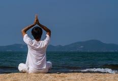 在海的瑜伽 免版税库存照片