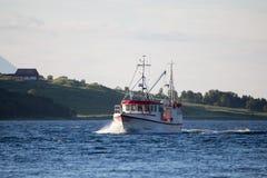 在海的白色和红色渔船 海湾挪威 免版税库存图片