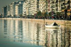 在海的白色唯一渔夫小船在塞萨罗尼基 库存图片