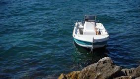 在海的白色小船 免版税库存图片