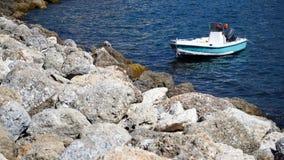 在海的白色小船 免版税库存照片