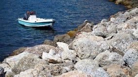 在海的白色小船 免版税图库摄影