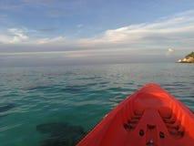 在海的皮船 库存图片
