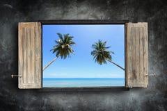 在海的石墙和看法上的老木窗架 库存照片