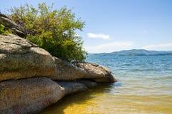 在海的石岸 免版税图库摄影