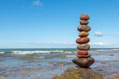 在海的石头平衡 夏天岩石禅宗 库存照片