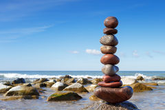 在海的石头平衡 免版税图库摄影